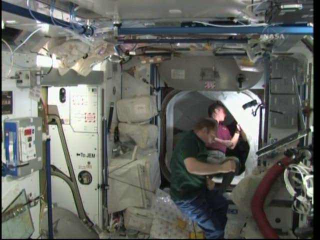 [STS-131 / ISS19A] Discovery : déroulement de la mission - Page 19 Vlcsna32
