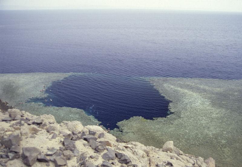TROUS BLEUS & Cenotes  / Trou Marin / Trou Bleu / Blue Hole / Monde 800px-10