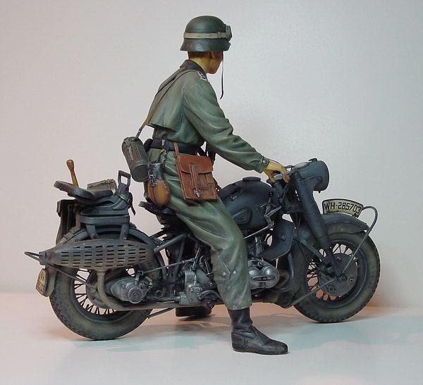 Moto allemande et uniformes normandie Feldge11