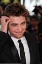 Rob monte les marches à Cannes 00510