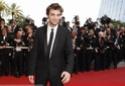 Rob monte les marches à Cannes A00210
