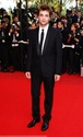 Rob monte les marches à Cannes B00110