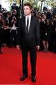 Rob monte les marches à Cannes B00310
