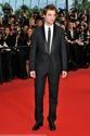 Rob monte les marches à Cannes B00410