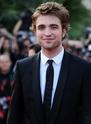 Rob monte les marches à Cannes Rp_bas12