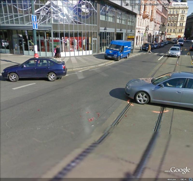 STREET VIEW : Traces d'un accident entre une voiture et un tram à Prague ( République Tchèque )  Accide20