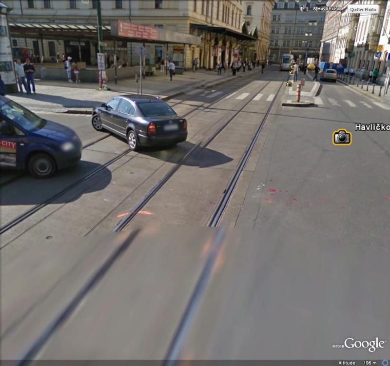 STREET VIEW : Traces d'un accident entre une voiture et un tram à Prague ( République Tchèque )  Accide21