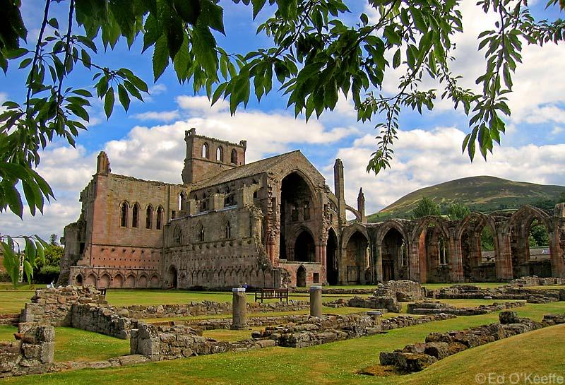 Ruines d'édifices religieux - Page 3 Melros10