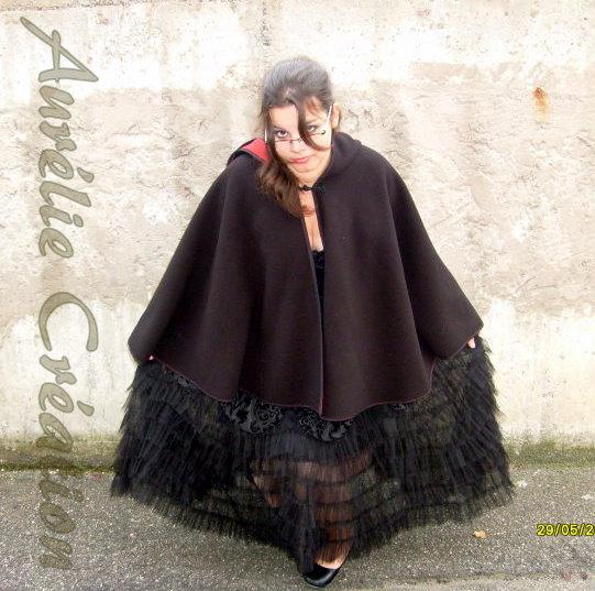 Tulipe-noire créa ... tenue alice aux pays des enfers revisité ,  cape polaire , tenu en vinyl pour sombre poupée , le tout porté sur mes clientes =) en ligne - Page 4 27707_10