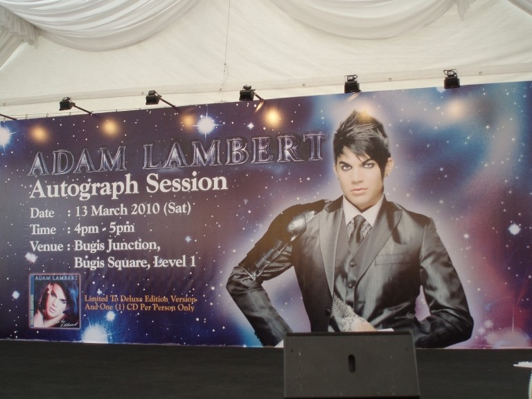 ST Life (15 Mar 2010): Fans Clamour for Lambert (+ more pics from that day) Autogr13