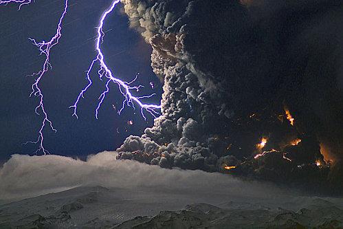 Les champs magnétiques et électriques à l'oeuvre dans les changements terrestres et les éruptions volcaniques  Island10