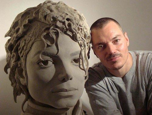 This Is Him, une sculpture pour une icône... Jbs110