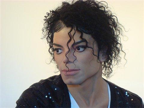 This Is Him, une sculpture pour une icône... Thisis11