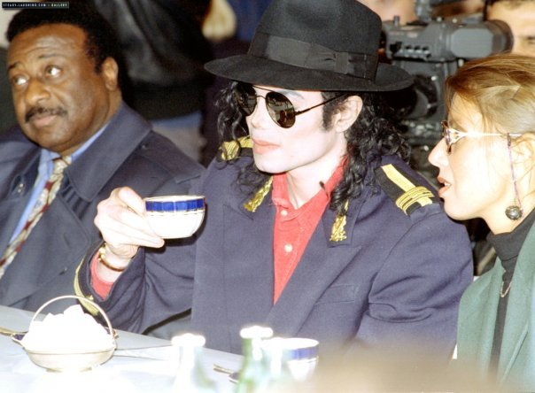 Immagini Michael Jackson che mangia e beve. - Pagina 14 Xa364510