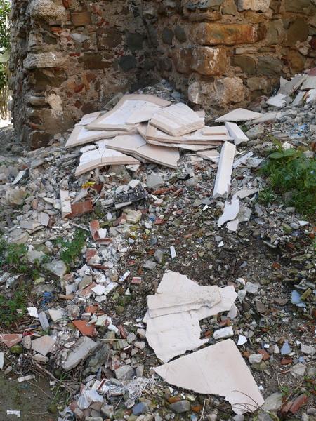 Todavia arrojan los escombros al lado de la iglesia de Santiago P1620510
