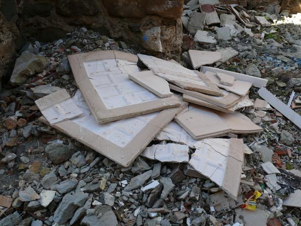 Todavia arrojan los escombros al lado de la iglesia de Santiago P1620511