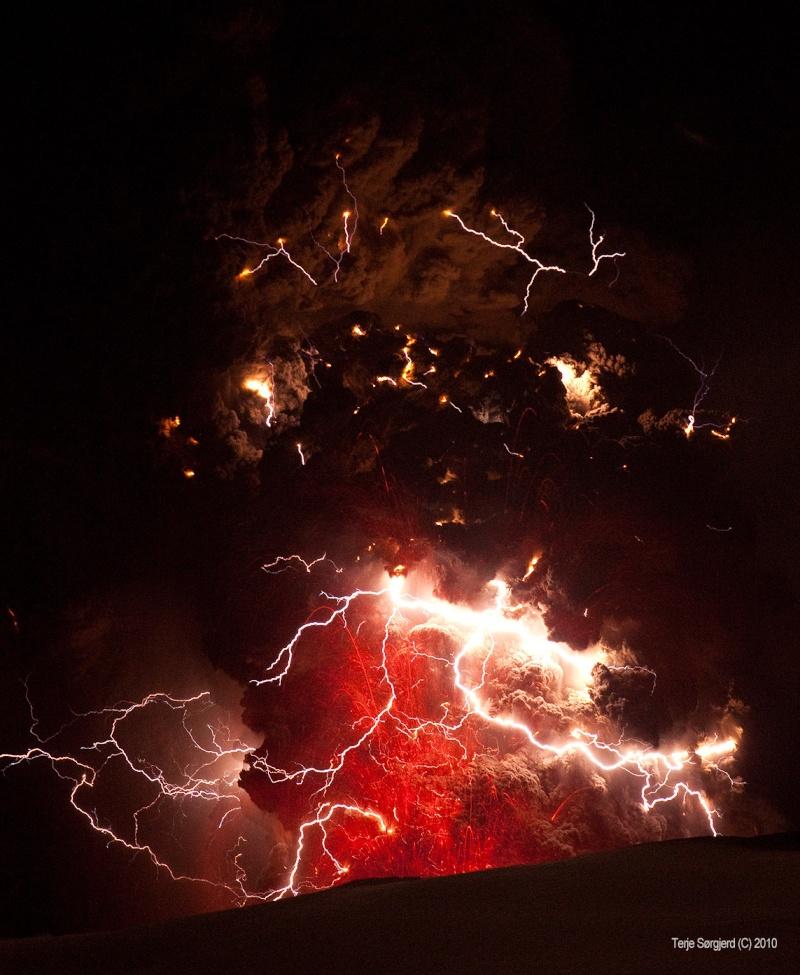 Attività elettrica durante eruzione in Islanda- 16 Aprile 2010 U7uy110