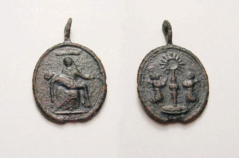 Médaille à la Pieta et aux deux anges - XVII / XVIIIème C_dscn21