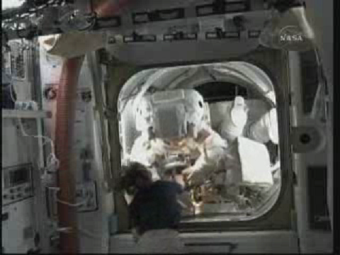 [STS-131] Discovery : EVA 3 Anderson & Mastracchio - Page 2 Vlcsn119