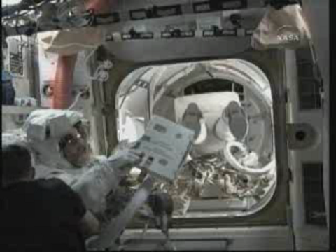 [STS-131] Discovery : EVA 3 Anderson & Mastracchio - Page 2 Vlcsn121