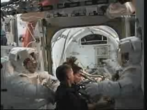 [STS-131] Discovery : EVA 3 Anderson & Mastracchio - Page 2 Vlcsn124