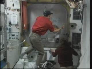 [STS-131 / ISS19A] Discovery : EVA 2 Anderson & Mastracchio - Page 3 Vlcsna28