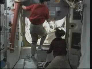 [STS-131 / ISS19A] Discovery : EVA 2 Anderson & Mastracchio - Page 3 Vlcsna30