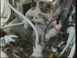 [STS-131 / ISS19A] Discovery : EVA 2 Anderson & Mastracchio - Page 3 Vlcsna33
