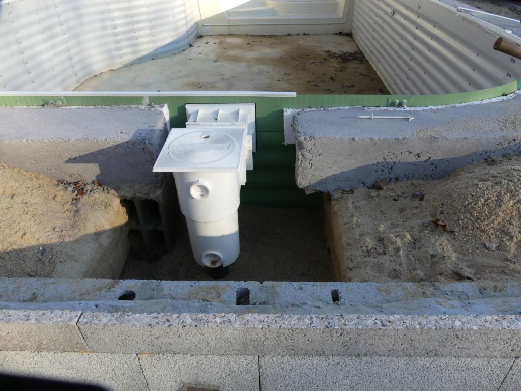 pourquoi la ceinture en béton pour les margelles doit ontourner le skimmer? P1030512