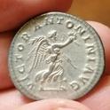 Antoniniano forrado de Heliogábalo. VICTOR ANTONINI AVG. Victoria a dch. Roma Img_2065