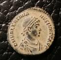 AE3 de Valentiniano II. VRBS ROMA. Roma sentada a izq. Antioquía Img_2071