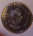 Denario de Macrino. PONTIF MAX TR P COS PP. Fidelidad entre 2 estandartes. Roma Img_2075