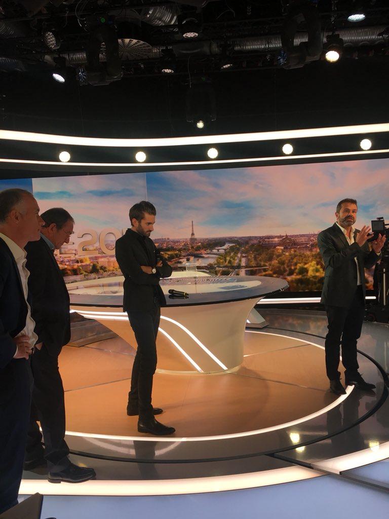 Nouveau plateau du JT de TF1 - 27 août 2018 Dlxhu310