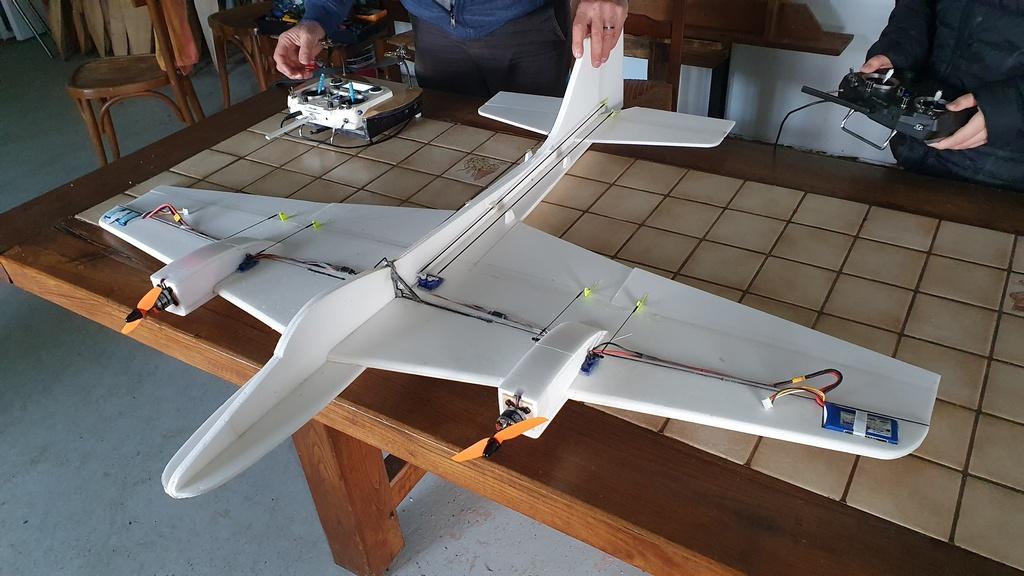 un avion se divise en deux en plein vol Photo110