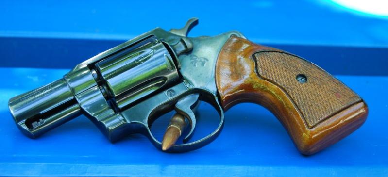 Le pistolet ou revolver de sac à main idéal - Page 6 Gauche40