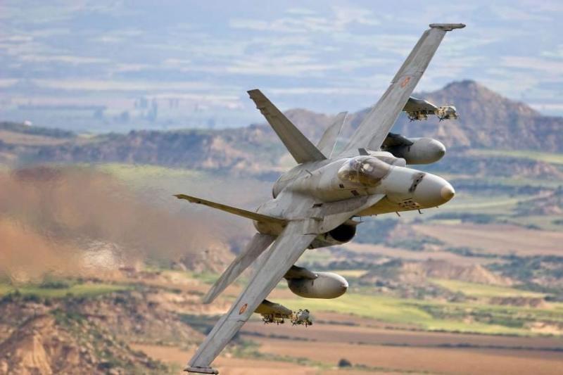 """OPERACIÓN """"ODISEA AL AMANECER"""": Primer disparo en suelo libio de aviones franceses - Página 2 F-18_e10"""