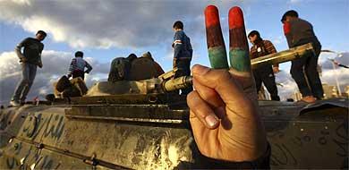 Las fuerzas de Gadafi continúan su ofensiva aunque los rebeldes resisten  Unos_n10