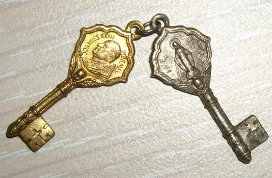 Deux petites clefs - Jean XXIII / Vierge Marie Imgp0610