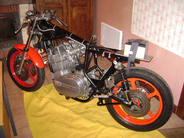 Racer Laverda, ça va être long...jusqu'en avril 2009... Dsc03111