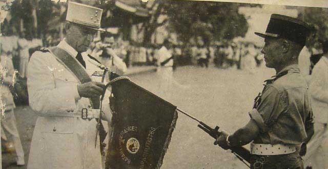 le général de lattre décorant le drapeaux du 1er beb 1repyr10