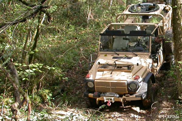 1e1er rpima avec leur véhicule de patrouille spéciale 1rpima12