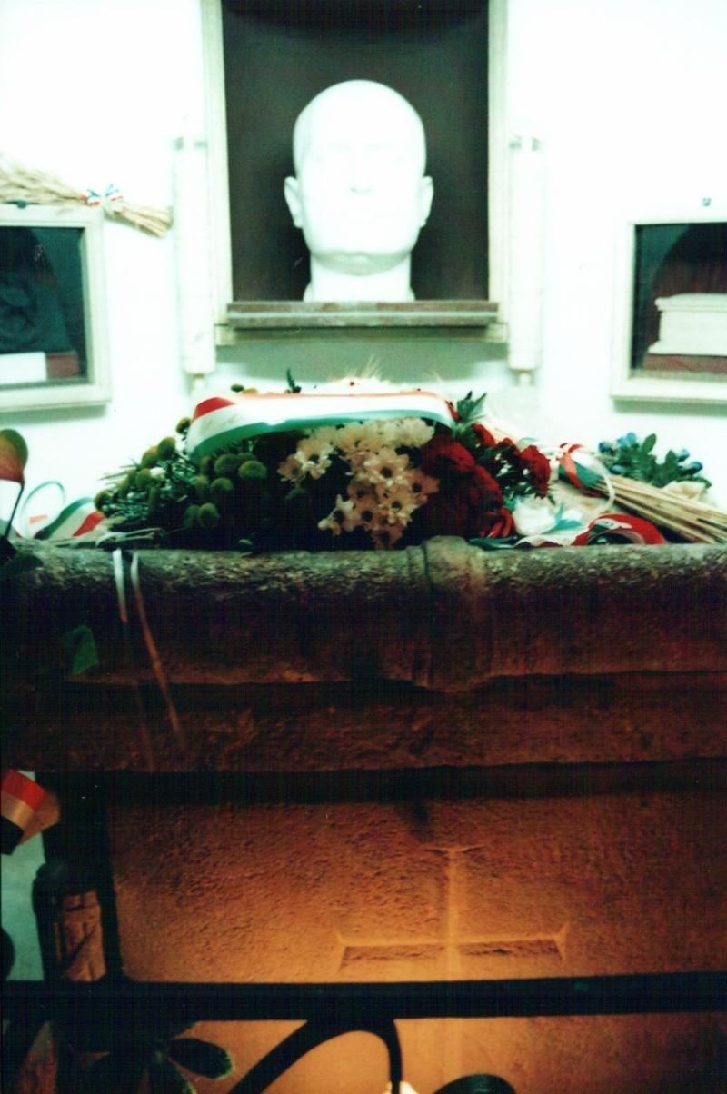 autopsie - Autopsie de Claretta Petacci et de Benito Mussolini - Page 2 Tombe_10