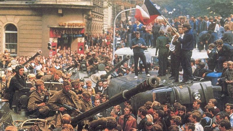 21 août 1968, parachutiste soviétique à Prague, opération Danube Manif_14