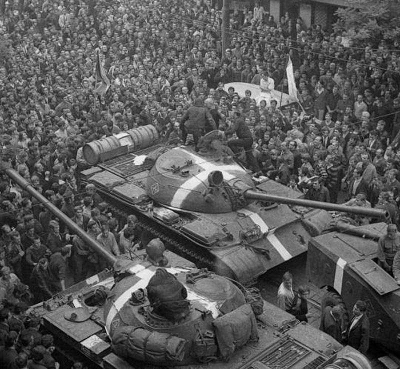 21 août 1968, parachutiste soviétique à Prague, opération Danube Manif_15
