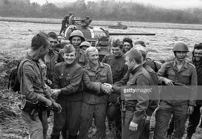 21 août 1968, parachutiste soviétique à Prague, opération Danube Soviet11