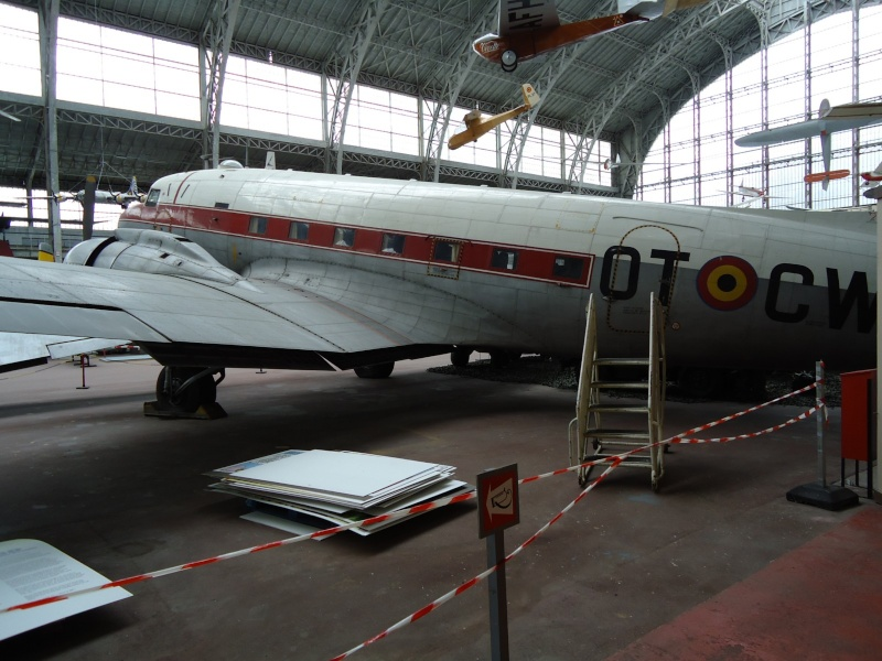 Le Dakota et le stand Para-Commandos au musée de l'Armée à Bruxelles. Dsc00018