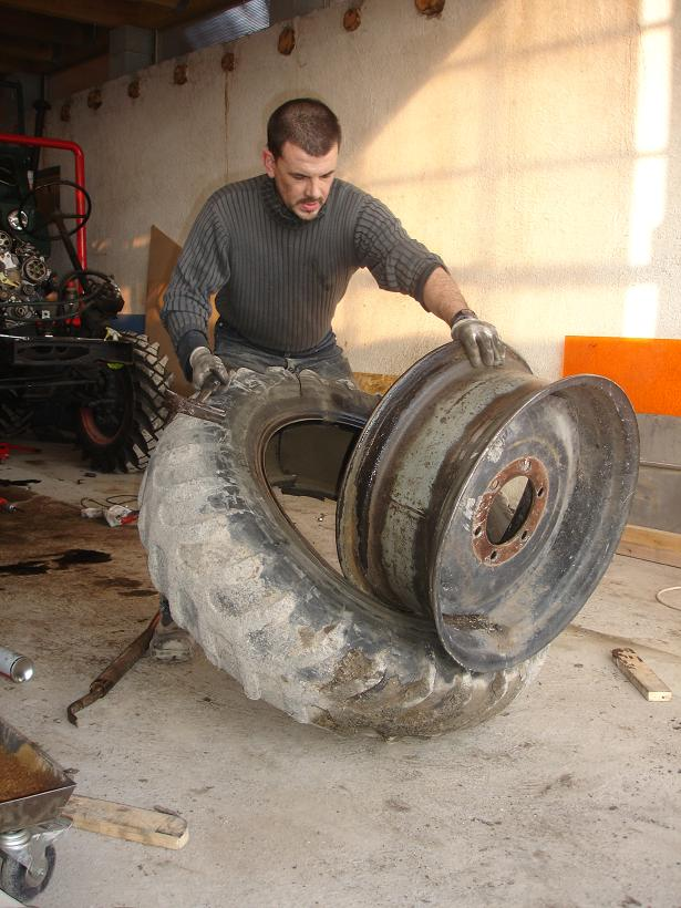 changer des pneus au démonte pneus 111