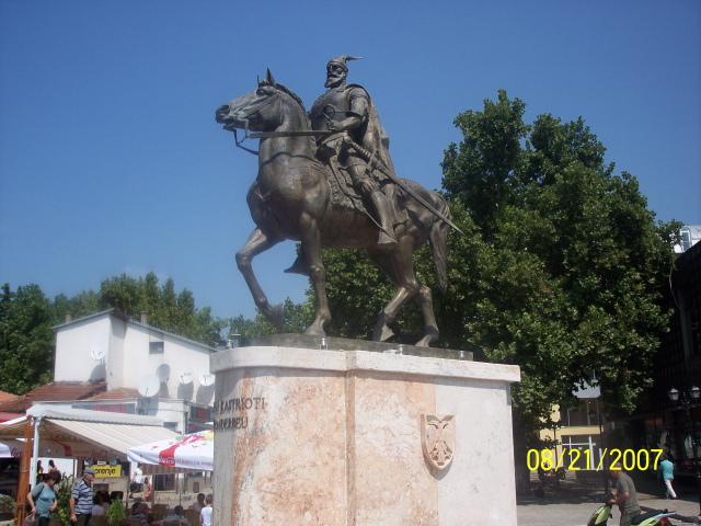 Pictures and Statues of Scanderbeg S_shku10