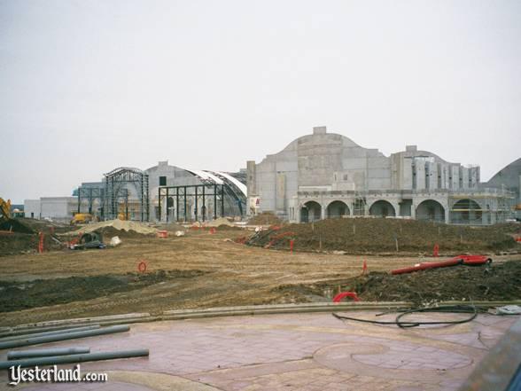 Photos de la construction du Parc Disneyland - Page 3 Dlpfeb10
