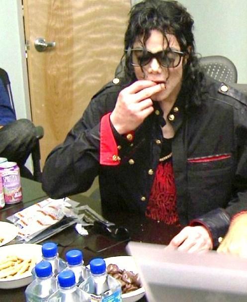 Immagini Michael Jackson che mangia e beve. - Pagina 13 Tii-mi11